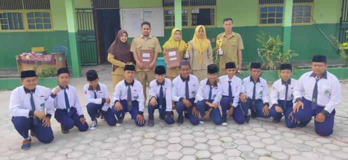 Guru Mts : Iskandar/BS - Para siswa  dan dewan Guru  saat foto Bersama.