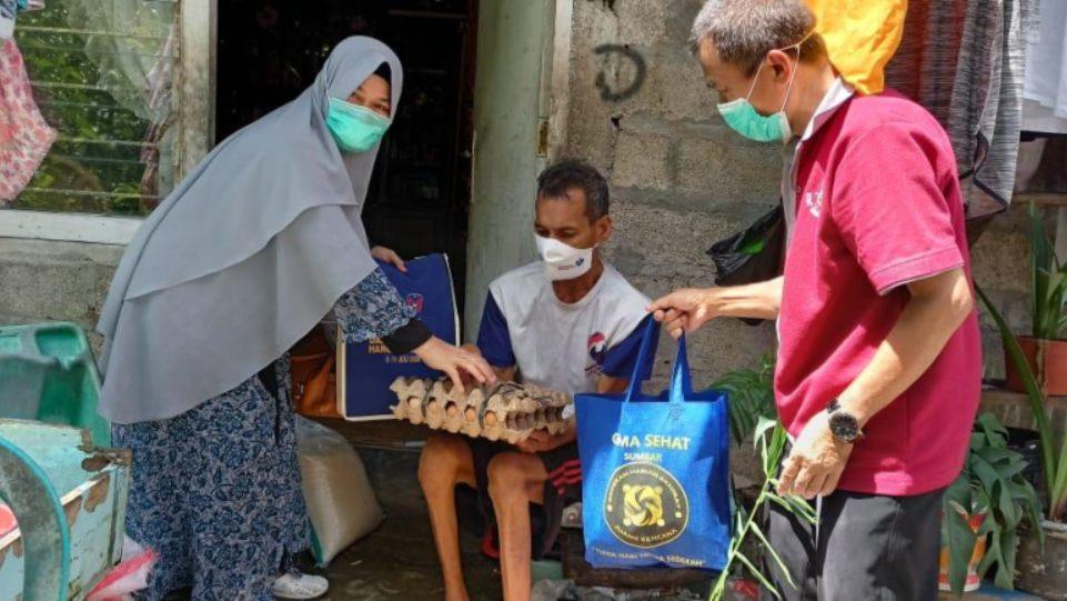 Gema Sehat Juken BKKBN Sumbar saat serahkan bantuan sembako untuk warga dhuafa di Kota Padang, pada Kamis 6 Mei 2021. (Dok. Istimewa)