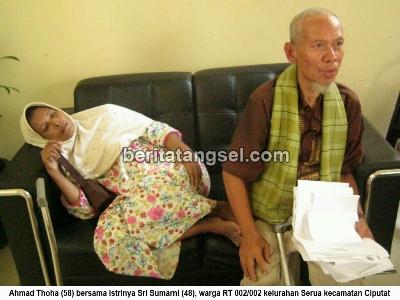 26276977Ahmad Toha dan istrinya, Sri Sumarni, saat di pemkot Tangsel