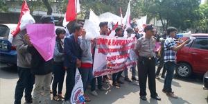 Aksi Pemuda Dan Mahasiswa Indour Di Depan Kantor Dindik Tangerang