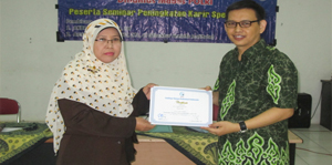 Amin Fa (kanan) menyerahkan sertifikat pada salah satu peserta seminar, Ibu Eko dari depok
