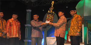 Wakil Walikota Tangerang Selatan H. Benyamin Dafny Saat Memberikan Piagam Ke Camat Ciputat