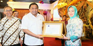 Airin terima piagam penghargaan dari Menteri Perdagangan Rahmat Gobel sebagai wilayah tertib ukur