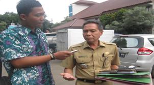 Camat Pamulang Drs. Suhendar saat diwawancarai oleh Kicaunwes.com