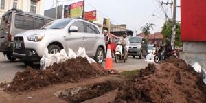 Galian kabel instalasi PLN di Jalan WR. Supratman, Kampung Utan, Kecamatan Ciputat Timur, Kota Tangerang Selatan (Tangsel)