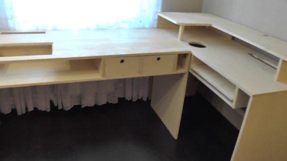 Стол из деревянных щитов