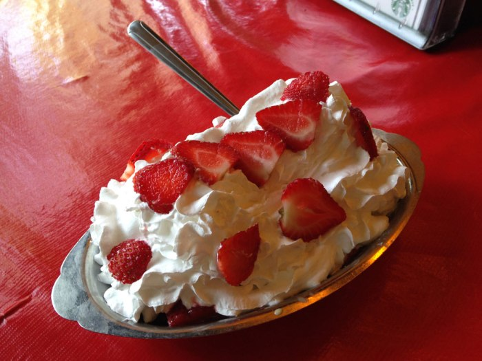 jigger-shop-strawberry-shortcake-sundae