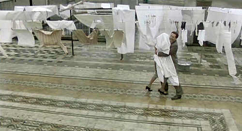 On stage, the rooftop laundry scene of the  1977 Italian film Working on a Special Day Una giornata particolare was even more powerful than in the film which  starred Sophia Loren and Marcello Mastroianni.playing against type.