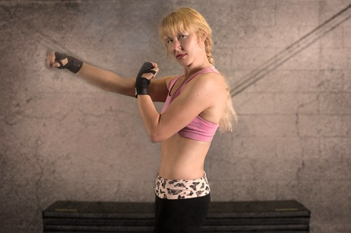 Kick Box Pose Side PunchOut Gloves 2U1A7780 800