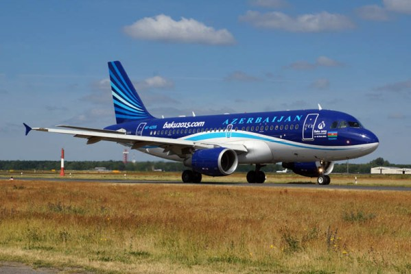 Airbus A319-100 der Azerbaijan Airlines (© O. Pritzkow)