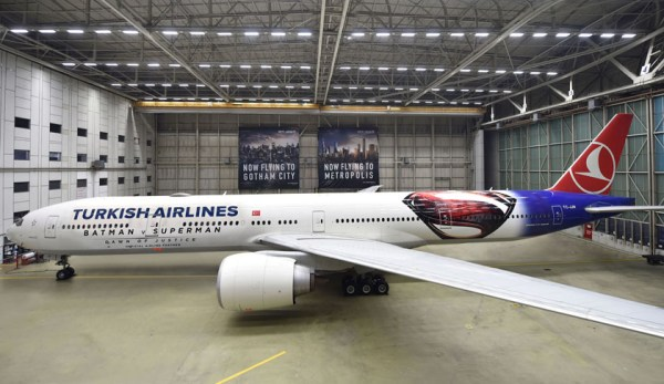 Boeing 777-300ER der Turkish Airlines bewirbt den Film Batman vs Superman