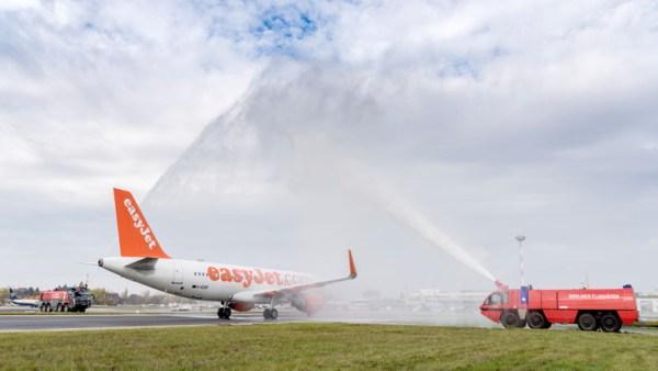 Fontäne zum Erstflug von easyJet nach La Palma am 1.11.2016 am Flughafen Berlin-Schönefeld.