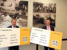 Dr. Andreas Ochs (l.), leitender Tierarzt Zoo Berlin, und Jörg Bodenröder, Leiter Tiertransporte und Tierschutzbeauftragter Lufthansa Cargo, zeigen dIe fiktiven Boarding Pässe der Pandas (Foto: Lufthansa)