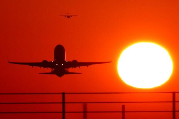 Flugzeuge im Sonnenuntergang (Foto: STR Airport)