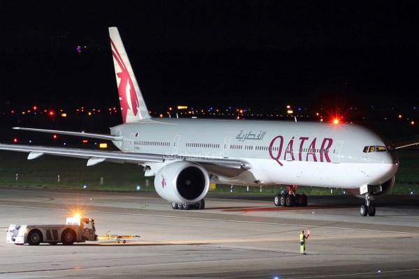 Qatar Airways Boeing 777-300ER A7-BAH (TXL 1.9. 2017)