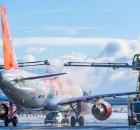 Flugzeugenteisung am Flughafen Schönefeld (Foto: G. Wicker/FBB)