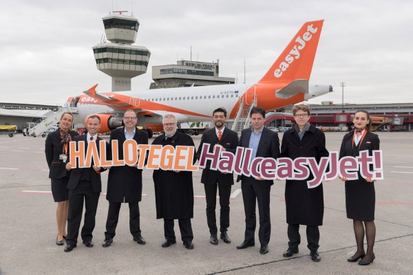 Andrew Findley (CFO easyJet) (3.v.l.), Rainer Bretschneider (Aufsichtsratschef FBB (4.v.l.), Thomas Haagensen (Country Director easyJet) (3.v.l.), Flughafen-Chef Lütke Daldrup inmitten von Crew. (Foto: G. Wicker/FBB)