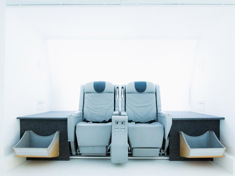 Airline-Trolleys und Sitze als stylische Möbelstücke