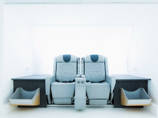 Flugzeugsitze im Wartebereich einer Praxis (© Wingdesign)
