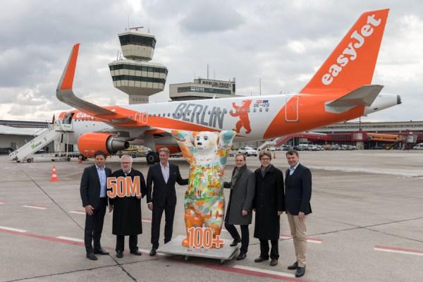 Dem Start des neuen Sommerflugplans 2018 widmete easyJet ein Flugzeug mit Berlin-inspirierter Lackierung. (© FBB)