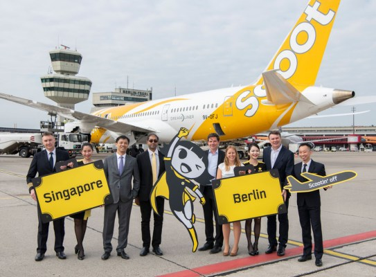 Laurence Bay, Botschafter Singapurs in Deutschland (3.v.l.), Vinod Kannan, Chief Commercial Officer Scoot (4.v.l.), Thomas Kohr, Leiter Aviation Marketing Flughafen Berlin Brandenburg GmbH (5.v.l.), Jana Friedrich, Senior Manager Key Account & Business Development Flughafen Berlin Brandenburg GmbH (6.v.l.), Burkhard Kieker, CEO visitBerlin (8.v.l.) (Foto: G. Wicker, FBB)