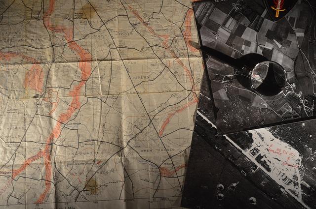 Kort og luftfoto fra 2. verdenskrig. Foto fra pixabay.com