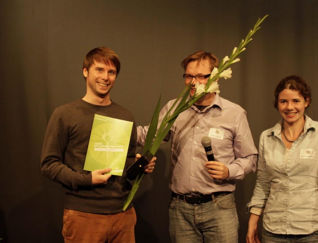 Jan Frederik Vogt, Robert Schoen (hinter der Riesengladiole), Marie Lilli Beckmann. Foto: Tim Zülch