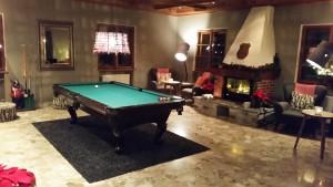 Viele Kissen, Kaminfeuer und ein Billiardtisch - echt gemütlich!