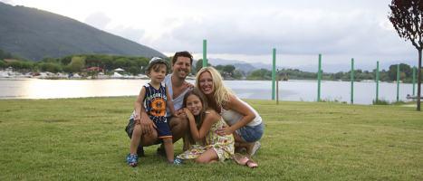 Fotografie einer glücklichen Familie am See