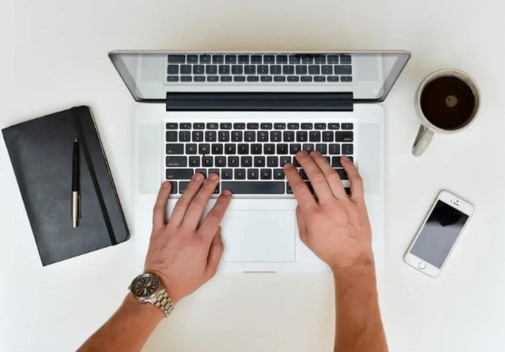 azienda tedesca riduce l'orario di lavoro https://pixabay.com/it/scrivania-lavoro-portatile-notebook-601540/