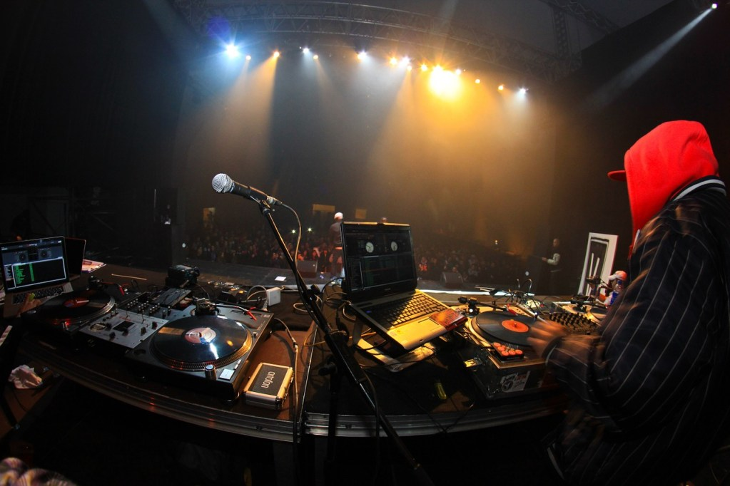https://pixabay.com/it/concerto-scena-dj-musica-rap-633110/