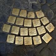 Pietre d'Iciampo a Roma ©Gaux CC BY-SA 4.0 da Wikipedia https://commons.wikimedia.org/wiki/File:Roma,_pietre_inciampo_famiglia_Di_Consiglio.JPG
