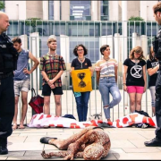 Protesta, screenshot dalla pagina Facebook di Extinction Rebellion Berlin
