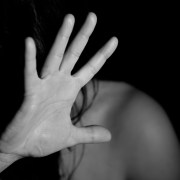Violenza sulle donne, © ninocare, https://pixabay.com/it/photos/mano-donna-femmina-nudo-paura-1832921/ CC0