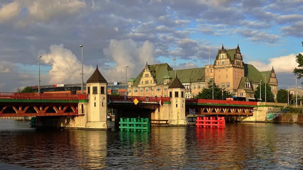 Stettino, Neufal54, https://pixabay.com/it/photos/polonia-stettino-ponte-cielo-nubi-890431/, CC0.