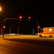 ambulanza, Hans, https://pixabay.com/photos/traffic-lights-red-ambulance-49698/, CC0,