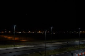 Beleuchtete Landebahn des Flughafens SXF.