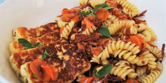 pastasalade, chorizo, gepekelde wortel