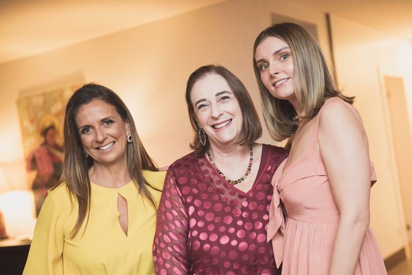 Embaixatriz Monica Chiabai da Fonseca celebra amigas ao entardecer - Bernadete Alves