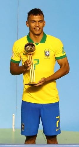 Gabriel Veron, do Palmeiras, com sua Bola de Ouro