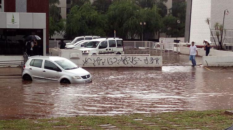 Temporal com raios e ventos fortes atinge Brasília - Bernadete Alves