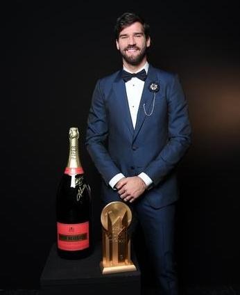 Alisson Becker ganha o Troféu Yashin da revista France Football.