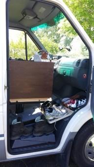 Kasten ist drehbar auf der Sitzkonsole befestigt