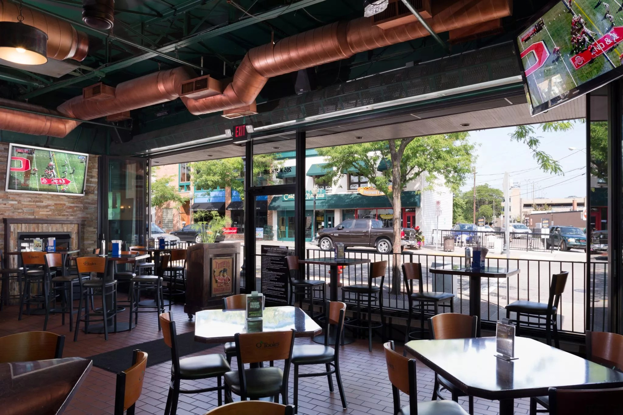 in outdoor pubs using air curtains