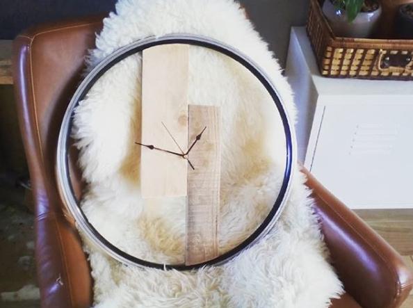 Zelfgemaakte klok van een fietswiel en pallethout. Ik hou er van om van gebruikte materialen iets nieuws te creëren.
