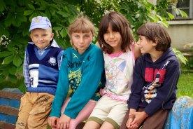 Kinderen onderweg tijdens een lunch in Judetul Dolj, Roemenië