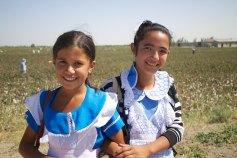 Schoolmeisjes bij de katoenvelden in Khumin, Oezbekistan