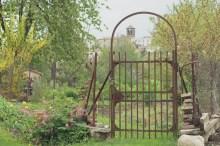 Mercredi, petite balade et halte devant un portail de jardin dont l'alignement avec l'église est juste parfait pour les photos.