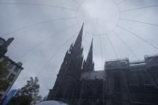 Samedi 12 octobre : la cathédrale de Clermont-Ferrand vue à travers la bulle installée par un opérateur de téléphonie