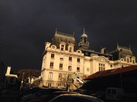 Mercredi 5 février : la mairie de Vichy dans le ciel noir